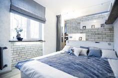 В спальне — широкая низкая кровать, за кирпичной перегородкой — гардеробная.