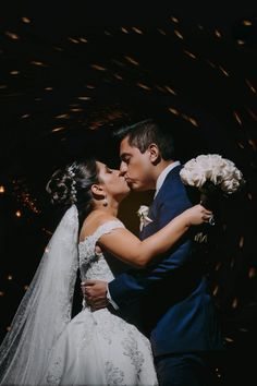 10 tips para obtener las mejores fotos de su primer beso como esposos. #Matrimoniocompe #Organizaciondebodas #Matrimonio #Novios  #TipsNupciales #CaminoAlAltar #MatriPeru #BodaPeru #PrimerBesoDeCasados #Pareja #Romantico #Amor #Beso #ReciénCasados #FirstKiss Wedding Dresses, Couple, Amor, Just Married, First Kiss, Romantic Pics, Kisses, Grooms, Bride Dresses