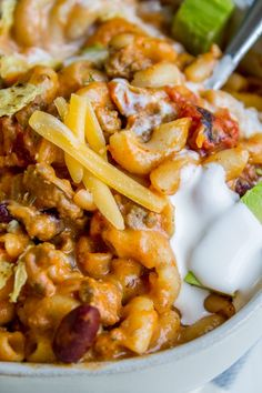 This Chili Mac and Cheese recipe is your new favorite 30 minute dinner! It is so easy to put together and calls for pantry items you always have on hand. Hamburger Dishes, Hamburger Meat Recipes, Beef Dishes, Beef Meals, Crockpot Meals, 30 Minute Dinners, Fast Dinners, Chili Mac Recipe, Chili Recipes