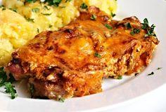 Maso upravené podle tohoto receptu je krásně šťavnaté a křehké. Jedná se o plátky krkovice upečené v troubě na sádle, pokladené cibulí a posypané dvěma sýry a mletou sladkou paprikou. No Salt Recipes, Pork Recipes, Snack Recipes, Cooking Recipes, Slovak Recipes, Czech Recipes, Ethnic Recipes, Modern Food, Food 52