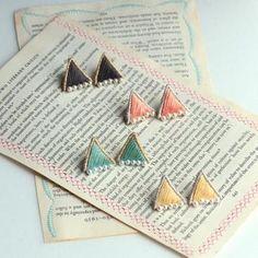 パタリーの定番、三角シリーズのピアス。小さなパールと刺繍の組み合わせがとても上品な雰囲気。
