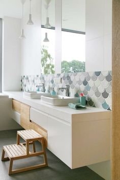 Fish Scale Tile: Our Favorite Indoor Models - Decoration For Home Bathroom Design Layout, Bathroom Interior Design, Columns Decor, Bad Wand, Fish Scale Tile, Ikea Bathroom, Bathroom Renovations, Amazing Bathrooms, Sweet Home