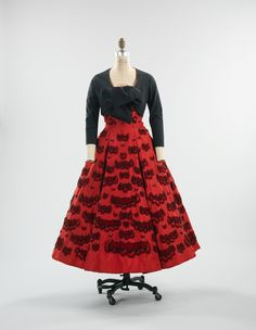 Evening ensemble, Christian Dior (French, House of Dior (French, f. Dior's pairing of black & red shows a Spanish influence, with trimming-placement that references tiers in a flamenco skirt. Couture Vintage, Vintage Fashion 1950s, Vintage Dior, Moda Vintage, Vintage Mode, Retro Fashion, Vintage Style, Christian Dior Vintage, 1950s Style