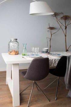 Eettafel Van Zuiver Met Donkere Stoelen