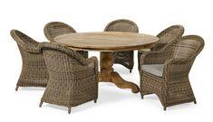 Generös trädgårdsgrupp med runt bord i massiv, återvunnen FSC-märkt teak. Den runda gedigna skivan ger gott om plats för många. Bordet är behandlat med 4 lager av PU-lack som gör det extra tåligt mot väder och vind. Fåtöljer i lättskött, UV-beständig konstrotting med mjuka former och fina detaljer, sittdyna ingår. Woodstock, Dining Chairs, Dining Table, Outdoor Furniture Sets, Outdoor Decor, Teak, Wicker, House