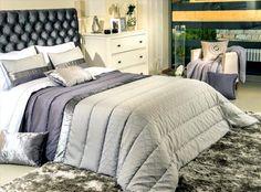 Покрывало на кровать может быть двух цветов.