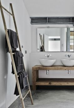 porte serviette murale salle de bain en bois, sol en beton cire gris