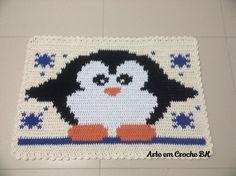 Tapete feito em croche, medindo aproximadamente 69cm de comprimento, por 47cm de altura. Dupla face.
