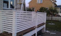 Nu är staketet/ribborna på plats. Vi har använt oss av läkt (22*45) som spikats fast för att inte träet ska spricka. Mellanrummet mellan ribborna är 22 cm.