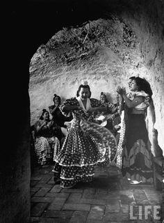 Flamenco en las antiguas casas-cuevas del Sacromonte, Granada (Dmitri Kessel para LIFE Magazine, 1949) #flamenco