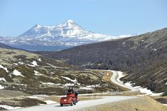 The Rondane mountains (Norway) exude a majestic serenity as if assured of their own grandeur and stability. The area can be explored in both summer and winter. The route follows the east side of Rondane National Park, passing through scenery that alternates between the cultural landscape on one side of the road and the mountain massif on the other.
