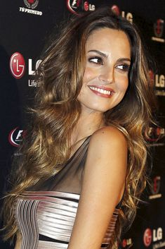 Ariadne Artiles: 20 peinados con glamour La top model y bloguera de Glamour.es puede presumir de una melena envidiable. Estos son sus mejores looks.