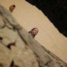 Recuerdo de mi princesa Sofía años atrás en uno de los muros de la playa de #ElPortetdeMoraira. #misporqués #felicidad #miprincesa #Moraira #Alicante #Moraira-Teulada #contrapicado #pepemartinv