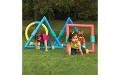 Ainda no âmbito da coordenação motora ampla, brincar com obstáculos é importante para as crianças, mesmo quando ainda só engatinham. Foto: Pinterest/K Perry