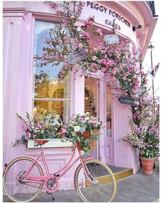 Pretty pink cafe in London covered in pink flowers. Pretty in pink and covered in flowers, Peggy Porschen may well be the cutest café in London. Situated in Belgravia, it's near Victoria Train Station! Pretty In Pink, Deco Podge, Peggy Porschen Cakes, Beautiful Flowers, Beautiful Places, Decoration Vitrine, Pink Houses, Everything Pink, Pink Aesthetic