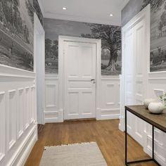 Voici un fabuleux décor panoramique en noir et blanc. Telle une gravure, les traits sont fins et ce tableau est très détaillé. Ce papier peint embellit votre pièce.