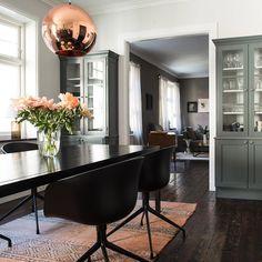 """""""#Gedigna, #mörka och #hårdvaxade #brädgolv lägger en fin grund till hela #våningen som verkligen är helt #unik i sitt slag! #Sekelskiftet sätter sin fina…"""""""