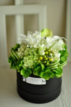 Pinned for the grass woven around the outer edge Flower Centerpieces, Flower Decorations, Green Flowers, Beautiful Flowers, Flower Packaging, Deco Floral, How To Preserve Flowers, Flower Boxes, Artificial Flowers