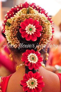 Elegant and designer flower jewellery for your or ceremony.To but contact 9566063678 . Bridal Hairstyle For Reception, Bridal Hairstyle Indian Wedding, South Indian Bride Hairstyle, Bridal Hair Buns, Indian Bridal Hairstyles, Indian Bridal Fashion, Temple Wedding, Wedding Stage, Wedding Events