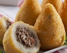 Coxinha o croqueta brasileña con carne molida magra: www.fourchette-e Et Yemekleri Popular Brazilian Food, Brazilian Recipes, Snack Recipes, Cooking Recipes, Snacks, Food Porn, Portuguese Recipes, Finger Foods, Tapas