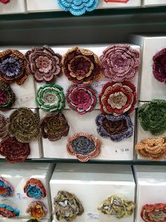 El blog de Georgina: Estamos aquí.... Diy Fabric Jewellery, Textile Jewelry, Burgundy Bag, Woven Belt, Boho Bags, Embroidered Jeans, Fashion Sewing, Projects To Try, Ribbon