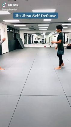 Self Defense Moves, Self Defense Martial Arts, Martial Arts Techniques, Self Defense Techniques, Martial Arts Workout, Martial Arts Training, Survival Life Hacks, Survival Skills, Survival Prepping