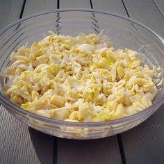 Een lekkere frisse witlof salade ideaal voor bij de barbecue maar ook lekker als lunch of avond maaltijd salade. Diverse variaties mogelijk.