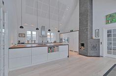 Smukt hvidt køkken i landlige omgivelser fra unoform   Case