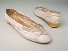 1800 ca. Shoes, British. White leather with front bow and low heel. manchestergalleries.org suzilove.com