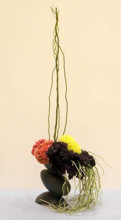 Mass & lines Ikebana Flower Arrangement, Ikebana Arrangements, Flower Arrangements Simple, Simple Flowers, Flower Centerpieces, Love Flowers, Flower Decorations, Japanese Plants, Japanese Flowers