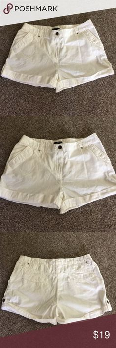 🌺🍀 H&M 🍀🌺 Snow White Shorts for Summer Sz 10 🌺🍀 H&M 🍀🌺 Snow White Shorts for Summer Sz 10 Brand New with tags.  White in the summer is true perfect with anything you wear.  Inseam 2 inches with a 10 rise waist flat across measure 17.5 inches. H&M Shorts