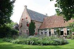 Westeremden, De Weem - woonhuis met atelier, expositie- ruimte en museum van kunstenaar Henk Helmantel. Van 1260 tot begin 1913 stond de 'weem' (middeleeuwse pastorieboerderij) tegenover de Andreaskerk. De weem werd in 1912/13 afgebroken en in 1914 met de oude materialen in jugendstilstijl herbouwd. Helmantel heeft het pand afge- broken en tussen 1974 en 2004 in oorspronkelijke stijl herbouwd.