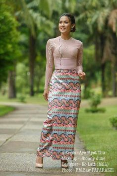 Enjoy the Beauty of Dresses and people from Myanmar. Myanmar Traditional Dress, Thai Traditional Dress, Traditional Fashion, Traditional Outfits, Oriental Dress, Oriental Fashion, Asian Fashion, Traditional Dresses Designs, Myanmar Dress Design