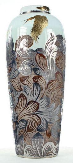 Jose-Luis Estébanez  Grand vase Volutes avec oiseaux Vase en porcelaine gravé, motif Volutes et oiseaux, platine, or et oxydes métalliques.  Dimensions : 62 x 26 cm
