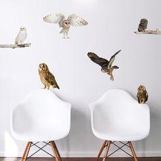 Sillones Eames en pared con vinilos decorativos de buhos