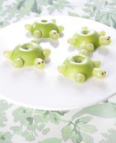 Hoe lief zijn deze schildpadjes? Ze zijn gemaakt van appels en druiven, erg makkelijk dus. Perfect voor een traktatie. Dit heb je nodig: Groene appels Witte druiven Cocktailprikkers (gehalveerd) Chocoladepasta Zo maak je het: Snijd een 'dekseltje' van de appel.… Fruit Kabobs Kids, Fruit Snacks, Birthday Treats, Party Treats, Cute Food, Good Food, Classroom Treats, Fruit Decorations, Fruit Party