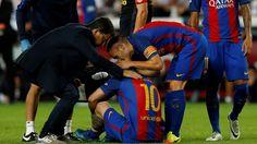 MESSI LESIONADO. Lionel Messi de Barcelona sobre el terreno de juego lesionado…