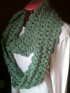Shell Scarf that can be made into an Infinity Scarf, both skinny or wide:  FREE PATTERN.
