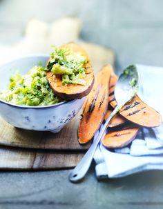 Recette Tartines de patate douce, purée d'avocat : Préparation : 10 mn > Cuisson : 10 mn Ouvrez les avocats, retirez les noyaux, mixez la chair avec l'oignon, le jus et le zeste du citron vert, du sel, du poivre et le cerfeuil lavé, séché et ciselé. Pelez les patates douces, coupez-les en ...