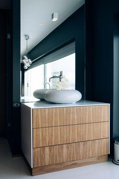 Stilren baderomsinnredning i lakkert eik og Corian. Kitchen Interior, Custom Kitchen, Interior, Lighted Bathroom Mirror, Home Decor, Bathroom Mirror, Bathroom Vanity, Bathroom, Luxury Bathroom