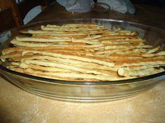 Ingredientes 1 cebola grande Sal 1 copo de óleo 1 pimenta vermelha pequena (tirar a semente) 100 g de margarina 1 colher (sopa) de açúcar 1 colher (25 g) de fermento Veggie Recipes, Snack Recipes, Dessert Recipes, Snacks, Desserts, Dessert Drinks, Pretzel, Fitness Diet, Ale