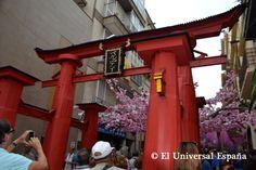 """Una gran puerta japonesa artesanal sirvió para dar la bienvenida a los visitantes. Este año las Fiestas de Gracia se llenaron de actividades en su mayor parte con carácter artesano, gourmet y con un marcado espíritu """"de barrio"""", emulando al de los propios vecinos."""