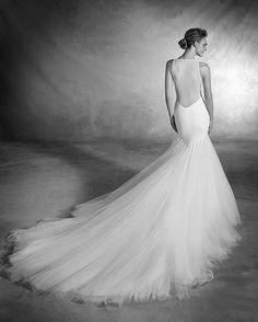 Amo los escotes de espalda, este vestido #NUALA de la última colección de @pronovias tiene todos los elementos que amo en un #weddinggown una falda imponente, líneas sencillas que rozan el minimalismo pero con un elemento que destaca esa espalda profunda. Simplemente lo ame. 🔝 📷@pronovias en su bio tiene el enlace para ver más fotos y los detalles de vestido. #pronoviasbrides #Weddingplanner #Eventplanner #tipdemary #TachiraDestinoDeBodas #bodasvenezuela #bodasmadrid #bodas #amor…