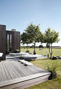 Tove og Poul Petersen har bygget et hus med egen jagtstue og en græsplæne så stor som en savanne.