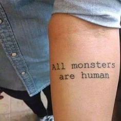 """Uma frase sombria em uma letra discreta tem seu charme, e só quem assistiu """"American Horror Story: Asylum"""" vai entender.   19 tatuagens que só quem ama seriados vai entender"""