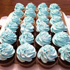 Easy Tiffany themed cupcakes. Blue buttercream frosting piped with a 1M tip and topped with edible pearls.