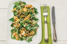 Salada de couve com frango e molho de amendoim   Panelinha - Receitas que funcionam