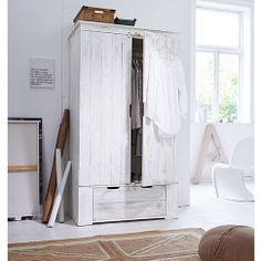 Kleiderschrank in rustikaler Lattenoptik in weiß bei IMPRESSIONEN