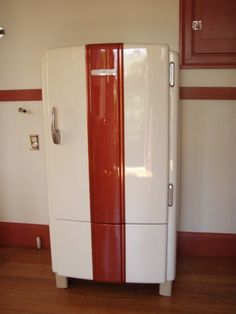 Love the retro look, i always liked the teal/robin egg blue ones- General Electric Refrigerator Vintage Kitchen Appliances, 1940s Kitchen, Red Kitchen, Kitchen Decor, Retro Kitchens, Viking Appliances, Kitchen Refrigerators, Vintage Fridge, Vintage Refrigerator