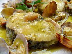 Merluza con almejas en salsa verde Conocida en Galicia con los nombres de pescada, merluza, peixota, pescadilla o carioca (según el tamaño),es uno de los pescados más cotizados de nuestro mercado, debido a la finura de su carne, que es blanda, suave y sabrosa. Acepta un buen número de acompañamientos y distintos tipos de salsas que van desde la salsa verde hasta la mayonesa.#cocina #merluza #deleitar #paladar Tapas Recipes, Fish Recipes, Seafood Recipes, Italian Recipes, Cooking Recipes, Healthy Recipes, Italian Foods, Fish Dishes, Seafood Dishes